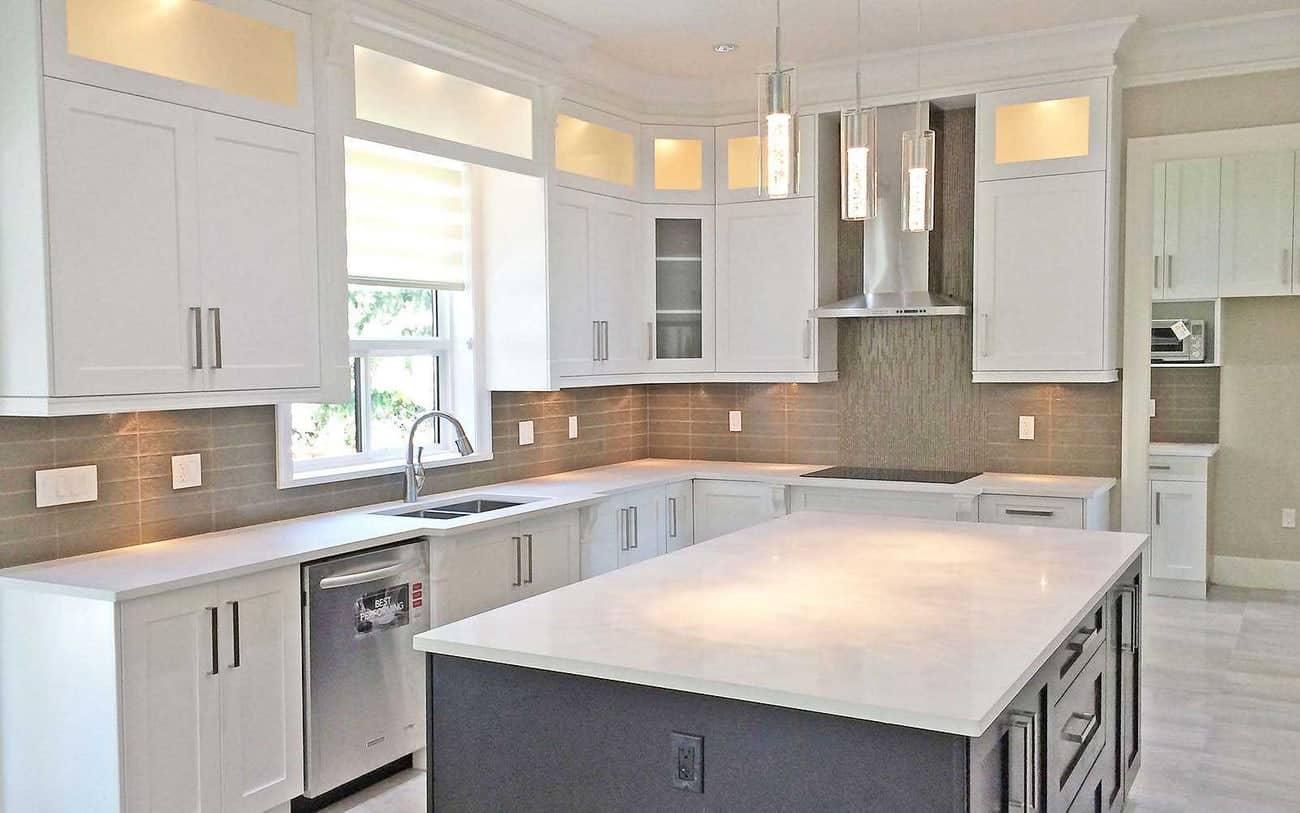 Tủ bếp có khung làm từ gỗ công nghiệp đơn giản và sang trọng
