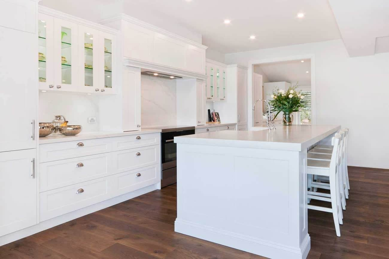 Tủ bếp màu trắng đầy uy nghi cho phòng bếp chung cư