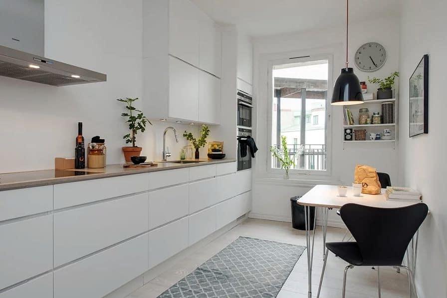Tủ bếp sơn nên làm sạch bề mặt gỗ thật láng mịn