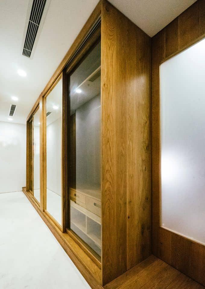 Hệ thống cửa lùa giúp tiết kiệm diện tích cho ngôi nhà.