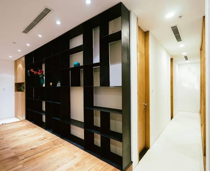 Tường nhà được thiết kế thành hệ kệ lớn, vừa tạo tính thẩm mỹ cho không gian, vừa tăng chức năng lưu trữ trong nhà.