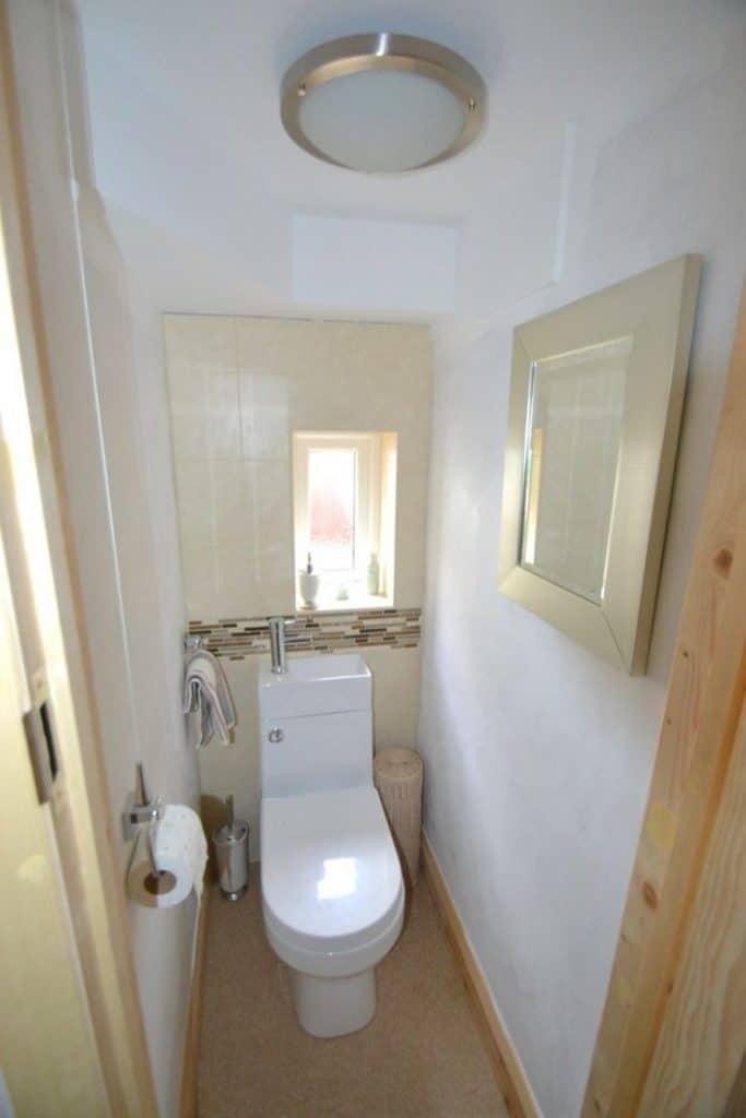 Nhà vệ sinh nhỏ được thiết kế phía dưới gầm cầu thang.