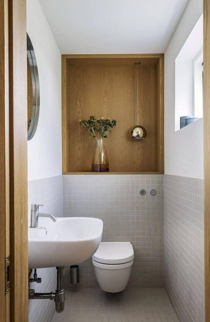 Nhà vệ sinh khép kín trong phòng ngủ lớn đầy đủ tiện nghi và thoáng sáng với thiết kế cửa sổ kính.