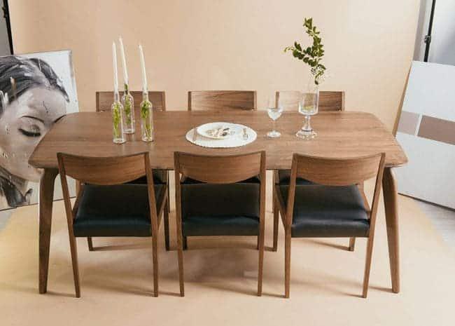 Bộ bàn ăn gỗ tự nhiên, ghế bọc nệm sang trọng.