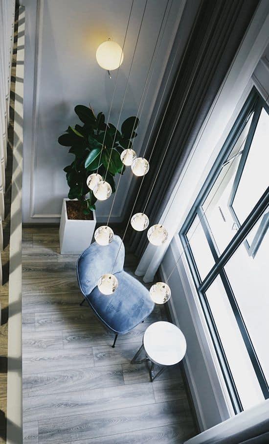 Những ghế sofa, đèn chùm, vách tường bằng laminate giả đá... mang nét hiện đại đến cho không gian.