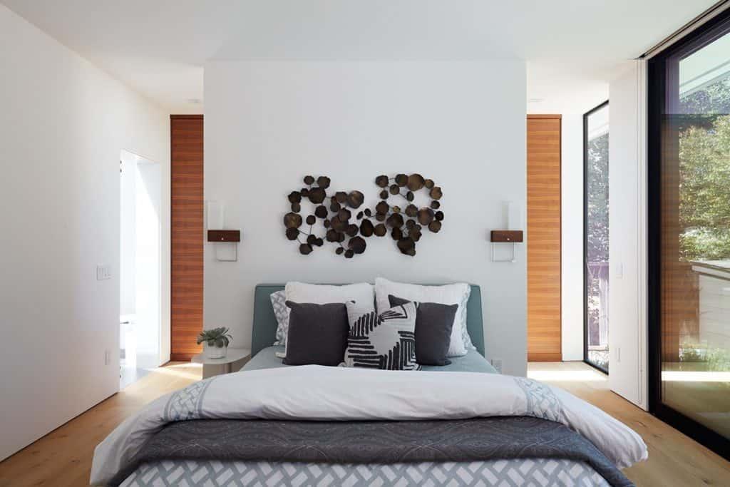 Phòng ngủ master thiết kế đơn giản, nhẹ nhàng
