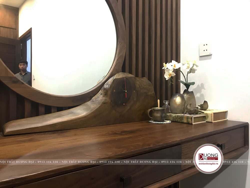 Bàn trang điểm được trang trí đồng hồ gỗ