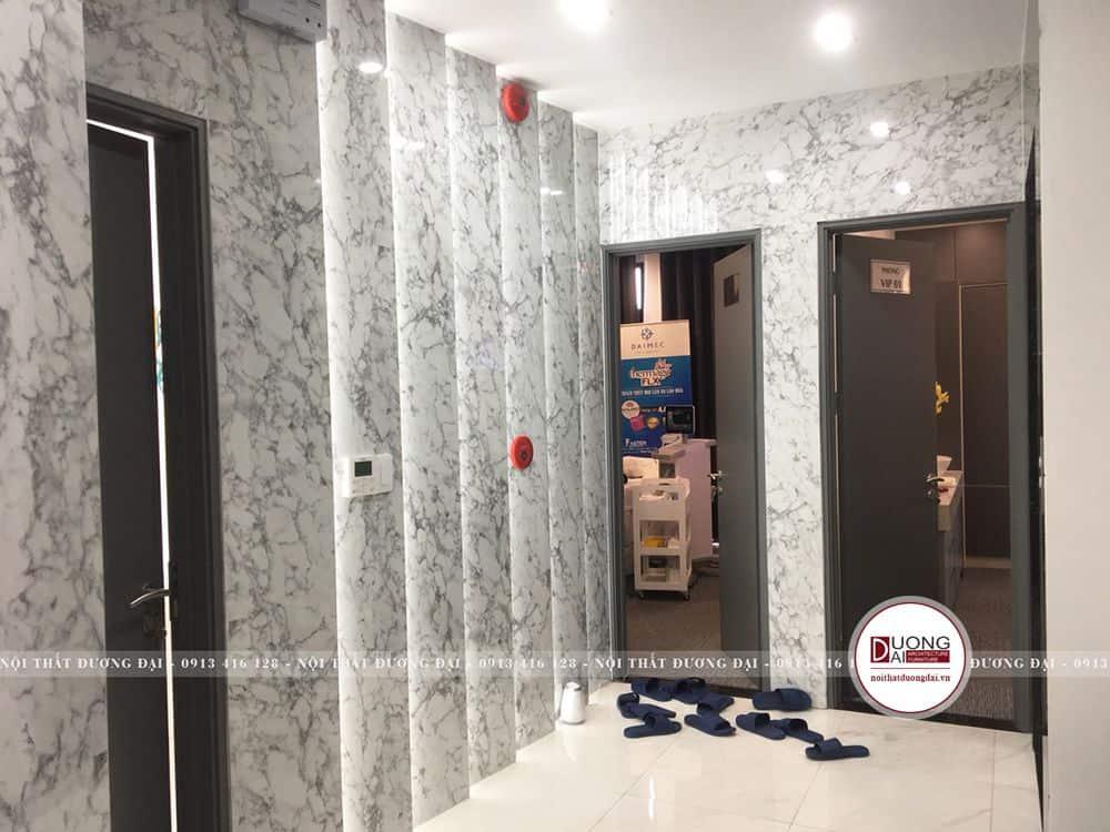 Sảnh ngoài lát đá marble ghi trên những bức tường