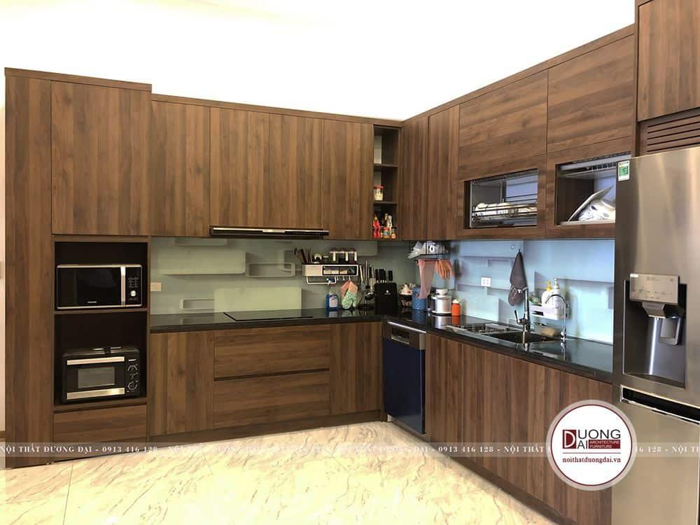 Thi công phòng bếp với tủ gỗ đẹp và tiện nghi
