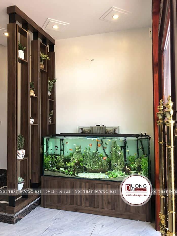 Bể cá thủy sinh đặt ở cửa chính