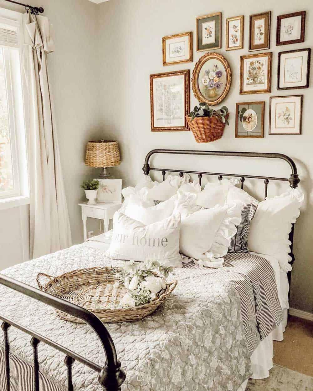 Phòng ngủ kiểu Vintage với tranh ảnh mang đậm dấu ấn thời gian