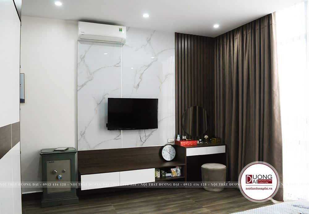 Kệ tivi và bàn phấn treo tường mang đến sự hiện đại cho phòng ngủ