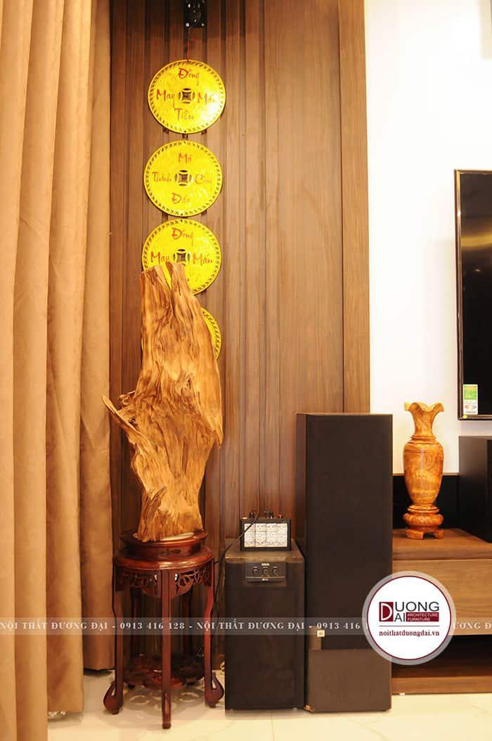 Gỗ lũa được trưng bày rất đẹp với vách ngăn gỗ