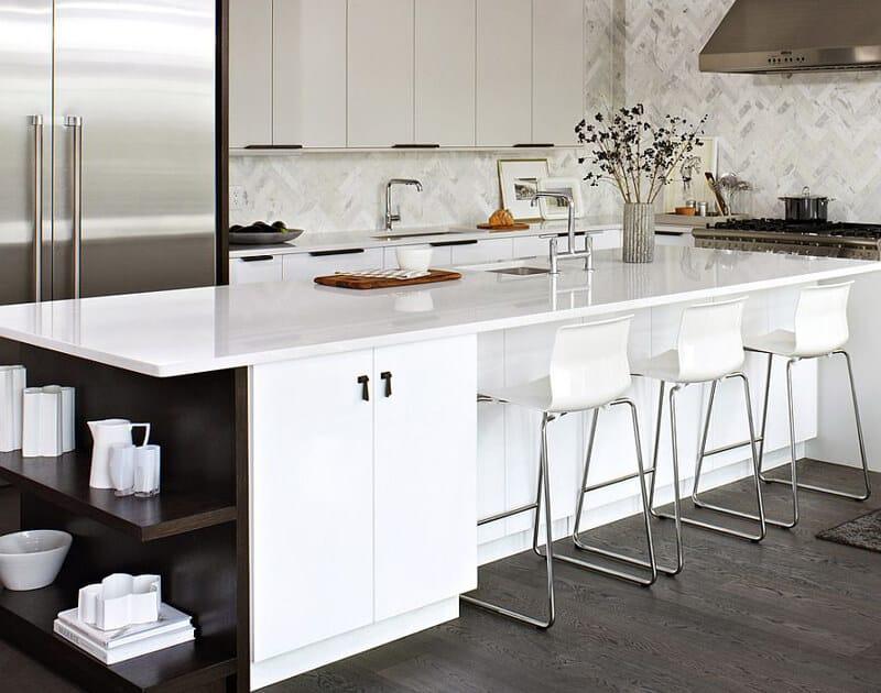Chất liệu MFC tạo nên mẫu tủ bếp cùng quầy bar sang trọng