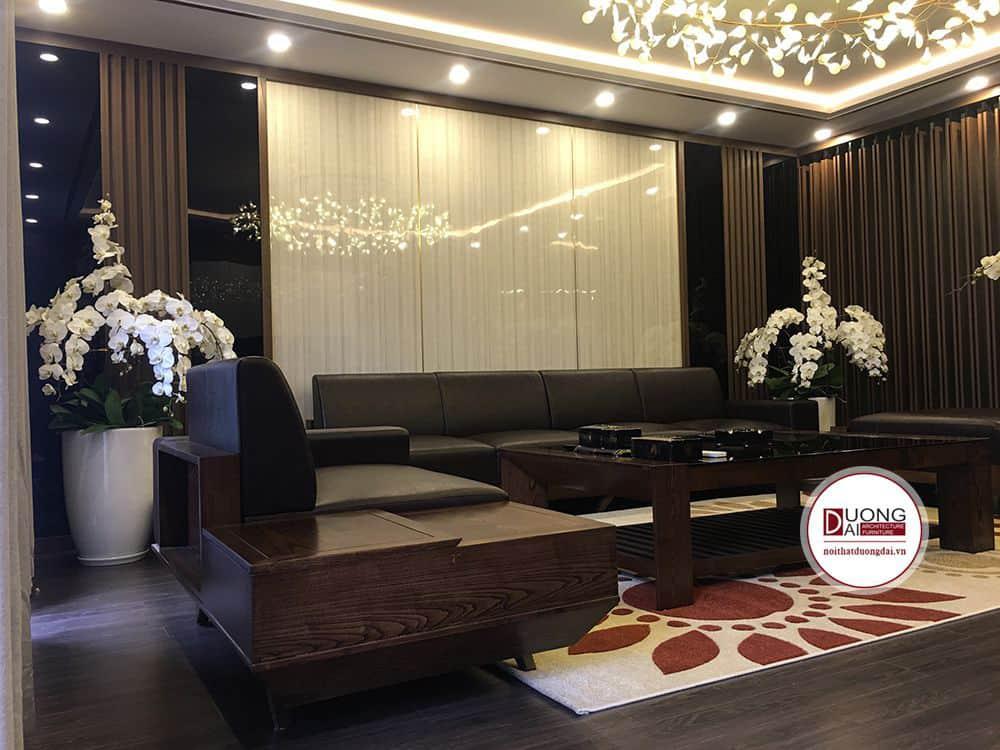 Phòng khách có nội thất gỗ tần bì được sơn màu óc chó