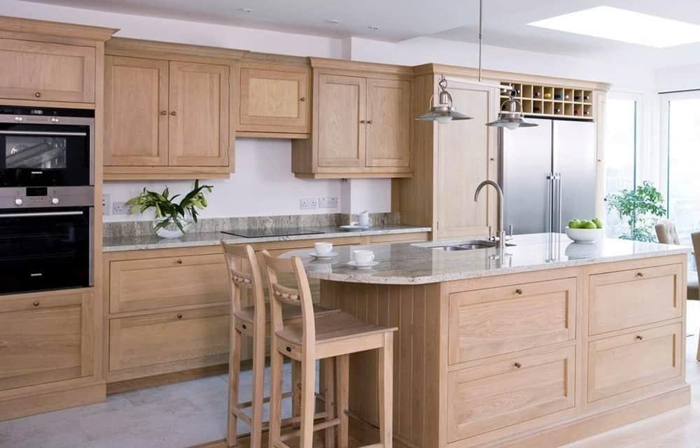 Mẫu tủ bếp và đảo bếp chắc chắn và ấn tượng làm từ gỗ tần bì