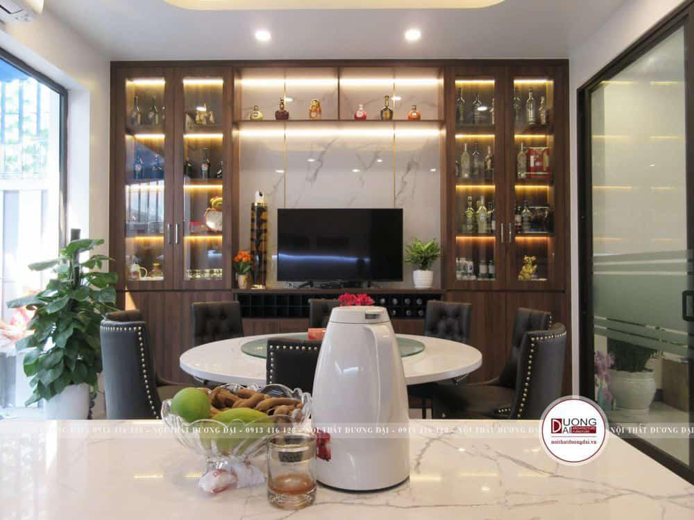 Tủ rượu sang trọng với cánh kính và hệ thống đèn led