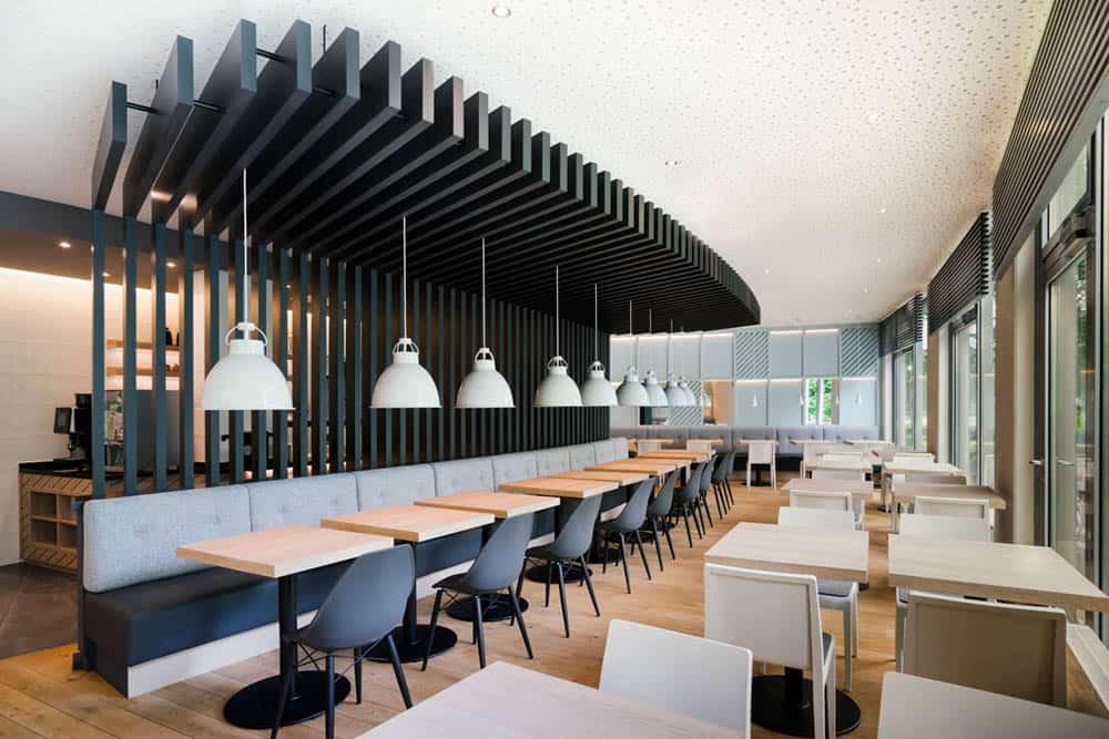 Mẫu thiết kế quán cafe hiện đại với gam màu trắng đen cá tính