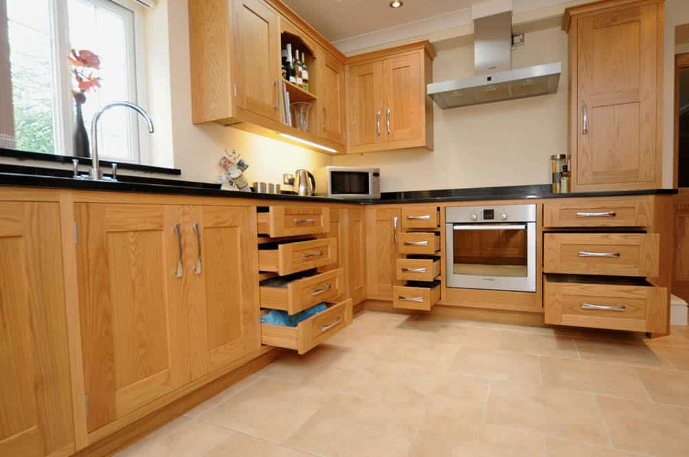 Thiết kế tiện nghi với nhiều ngăn đựng giúp phòng bếp luôn gọn gàng