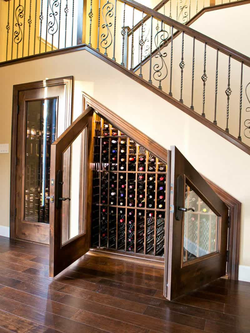Thiết kế tủ rượu lớn ấn tượng dưới cầu thang