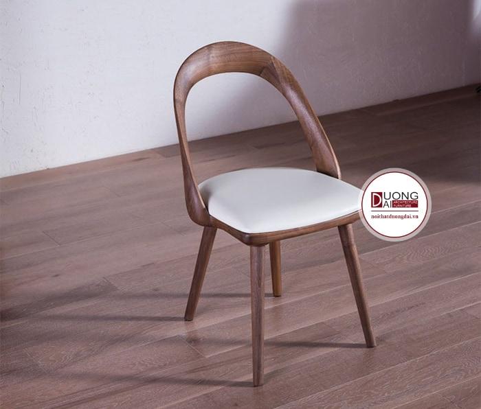 Chiếc ghế có đệm ngồi bọc da màu trắng