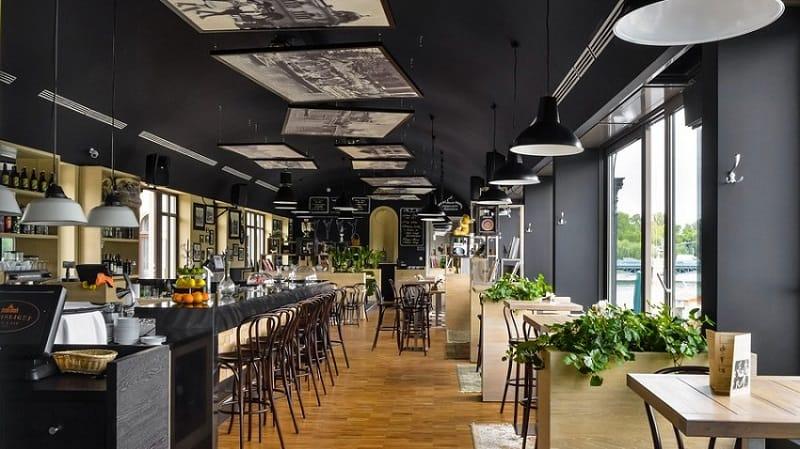 Mẫu quán cafe rộng với những dãy bàn dài cho khách ngồi