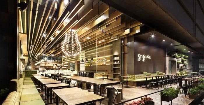 Quán cafe sang trọng và ấn tượng với trần nhà độc đáo