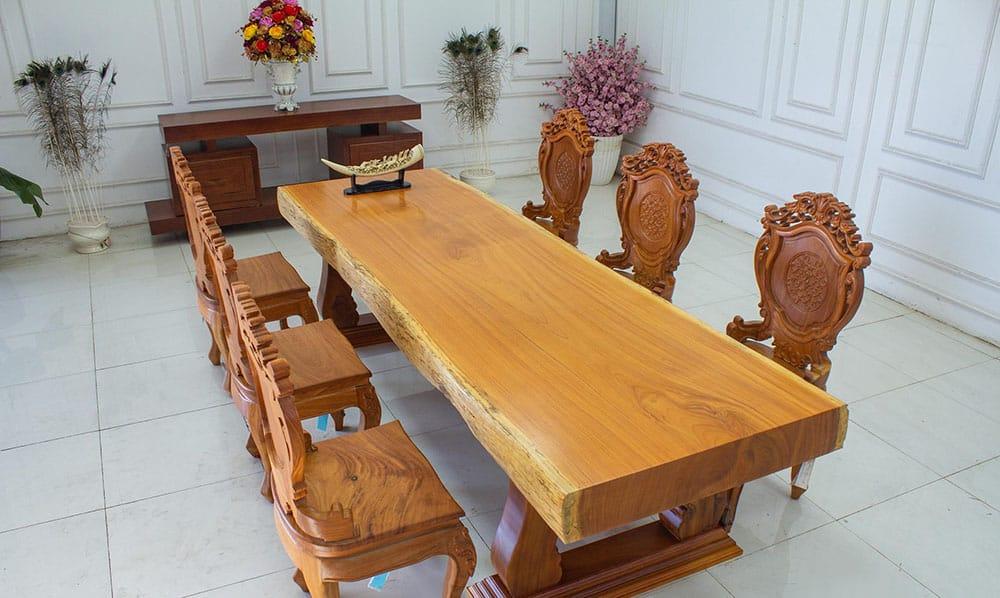 Thiết kế bàn ăn với tấm gỗ lớn nguyên khổ và ghế điêu khắc hoa văn tân cổ điển
