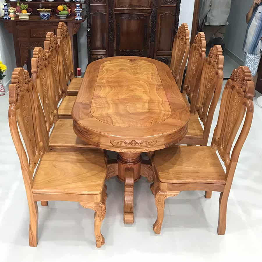 Bàn ăn gỗ gõ đỏ đầy uy nghi với mặt bàn oval được điêu khắc hoa văn nhỏ