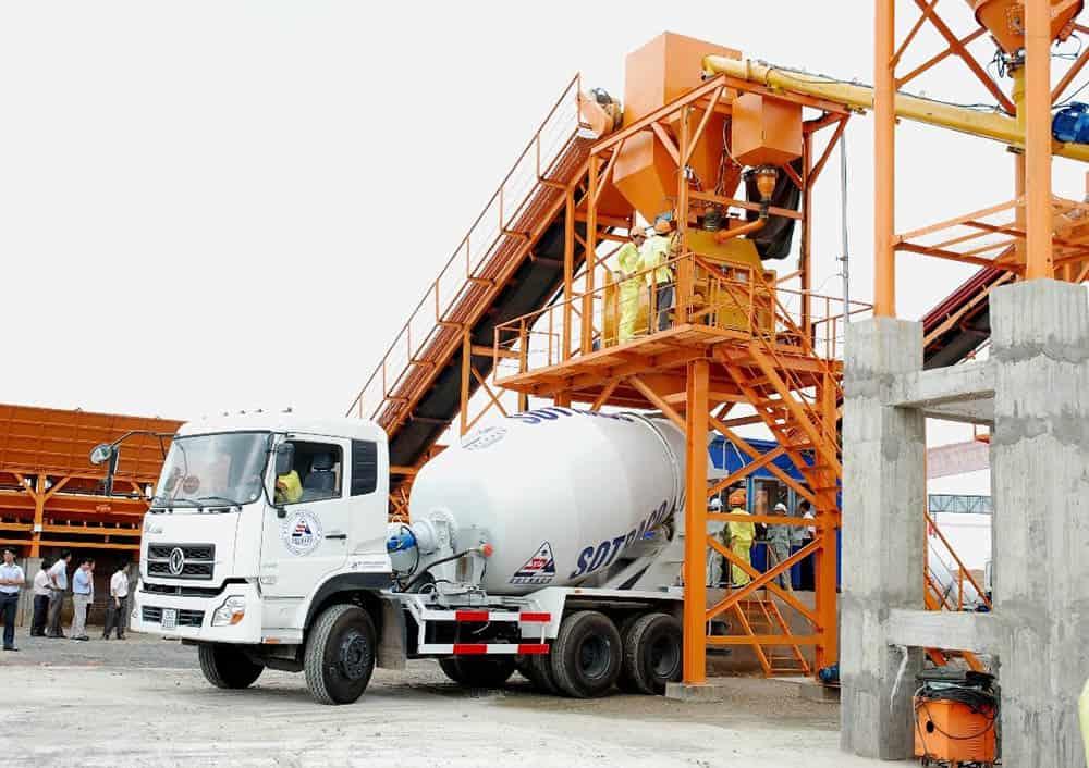 Xe trộn bê tông và vận chuyển bê tông đến các công trình