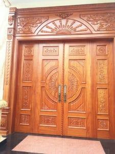 Mẫu cửa gỗ gõ đỏ sang trọng và đẳng cấp