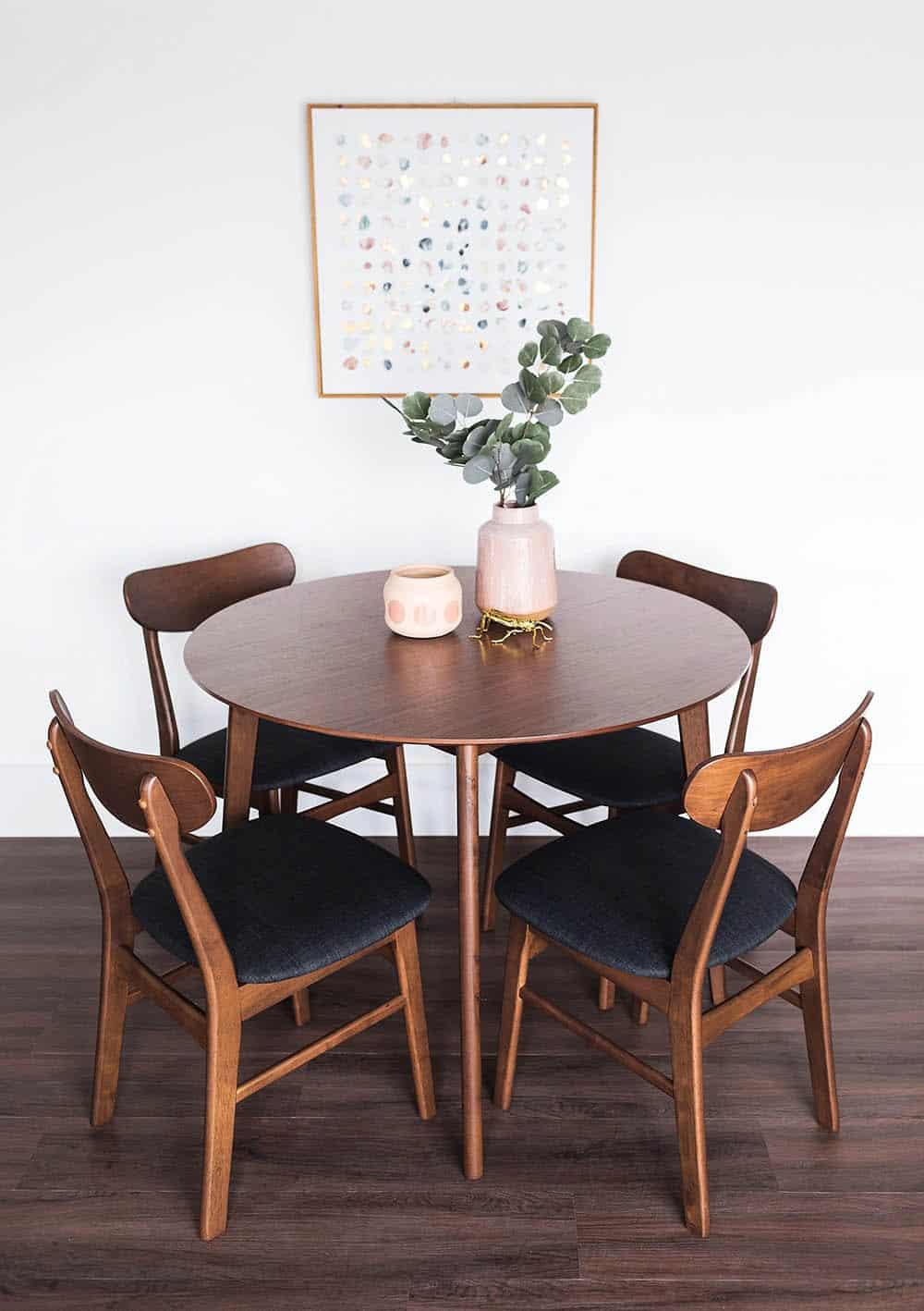 Mẫu bàn nhỏ cho căn hộ chung cư với màu nâu trầm tinh tế