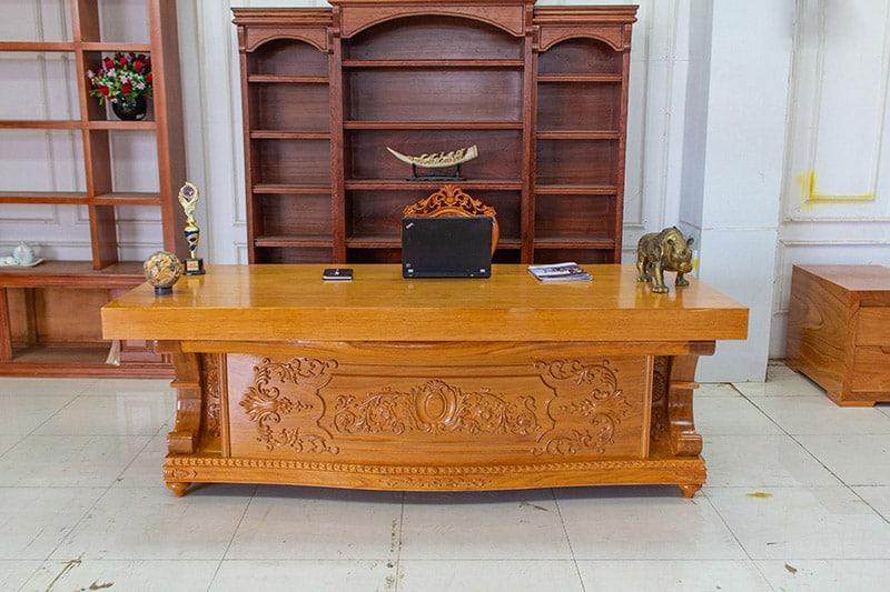 Mặt bàn nguyên tấm và chân bàn điêu khắc hoa văn