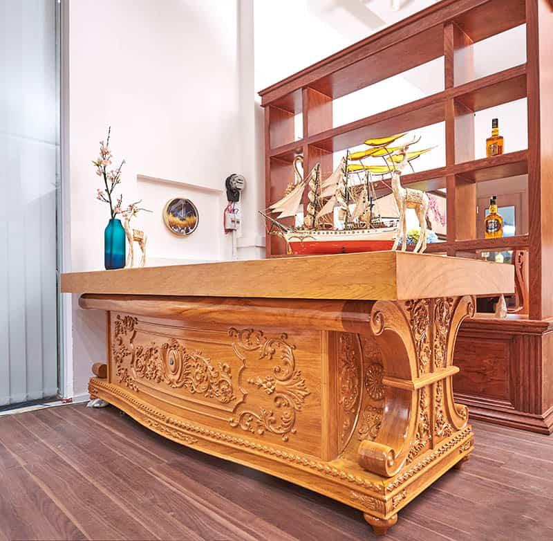 Mẫu bàn sang trọng với hoa văn điêu khắc tinh xảo