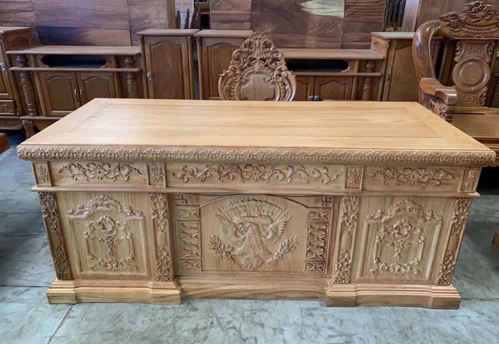 Mẫu bàn gỗ gõ mộc với hoa văn châu Âu