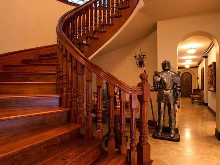 Mẫu cầu thang gỗ đầy ấn tượng với màu sắc đỏ sang trọng