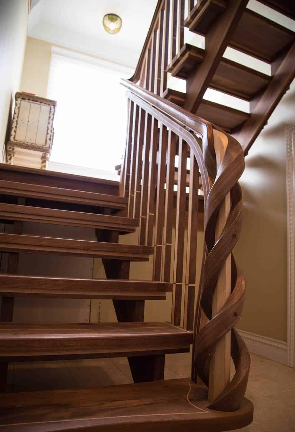 Thiết kế trụ cầu thang ấn tượng từ gỗ Walnut