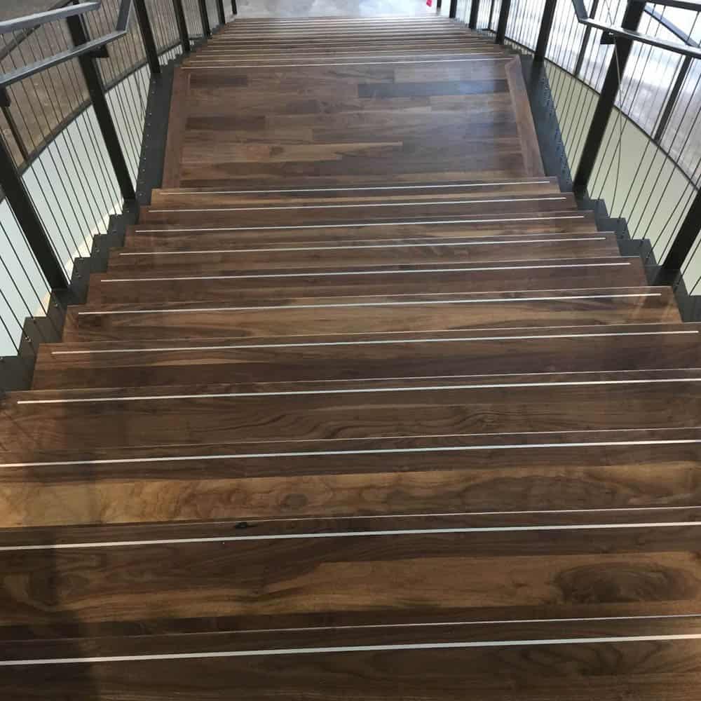 Gỗ óc chó nâu trầm với đường vân quyến rũ trên từng bậc thang