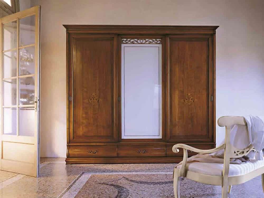Thiết kế tủ có gương ở cánh giữa với kiểu dáng trang nhã