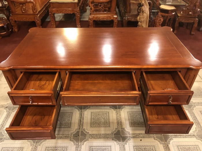 Mẫu bàn có nhiều ngăn đựng lớn cho gia chủ cất trữ tài liệu
