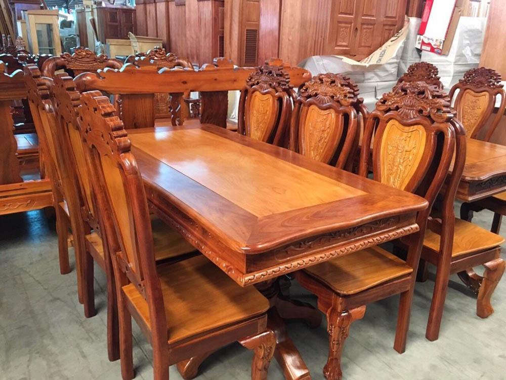 Mẫu bàn độc đáo với khung bên ngoài là gỗ căm xe, mặt chính là gỗ gõ đỏ
