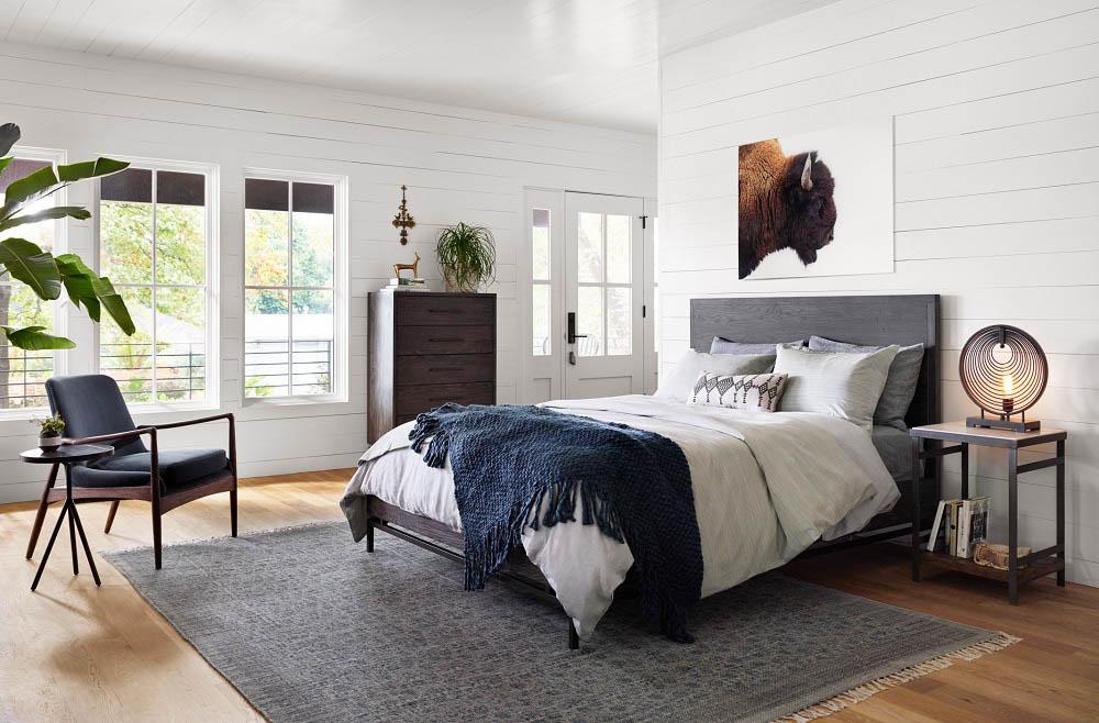 Phòng ngủ với thảm màu ghi trầm ấm áp cùng nội thất gỗ óc chó