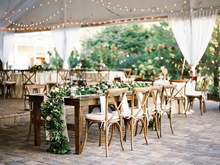 Đám cưới phong cách Rustic với bàn ghế gỗ đầy mộc mạc nhưng không kém phần lãng mạn