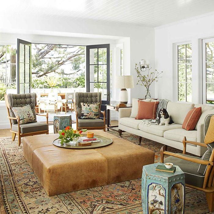 Phòng khách với gam màu trắng chủ đạo cùng nội thất màu nổi bật