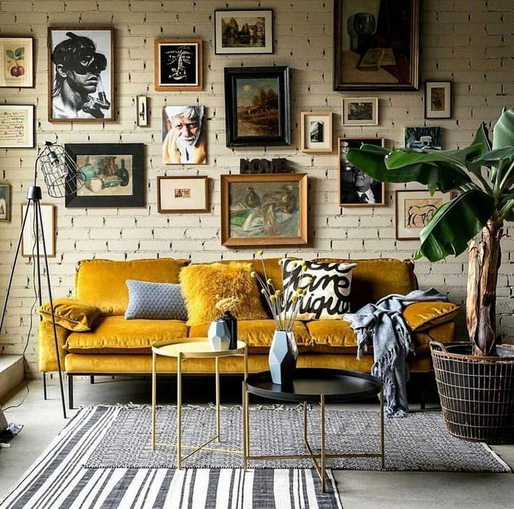 Những bức tranh treo tường làm điểm nhấn cho phòng khách