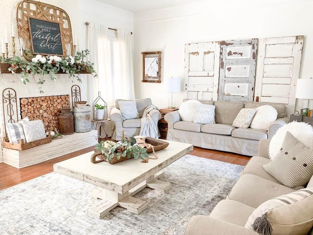 Nội thất đã qua sử dụng cùng cánh cửa cũ trang trí cho phòng khách