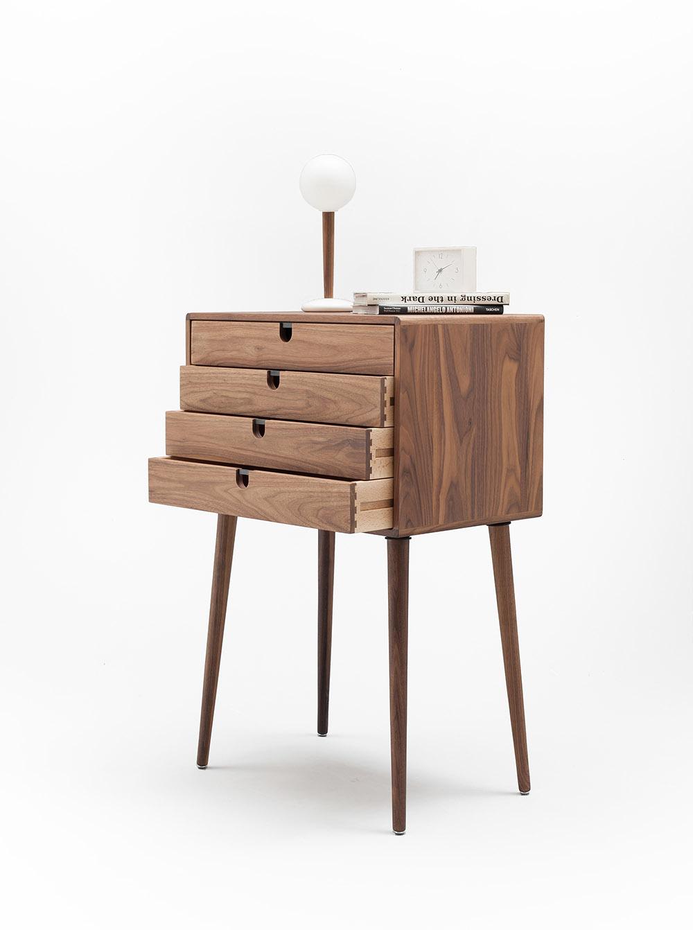 Tab 4 chân kiểu dáng nhỏ gọn với 4 ngăn kéo chứa đồ