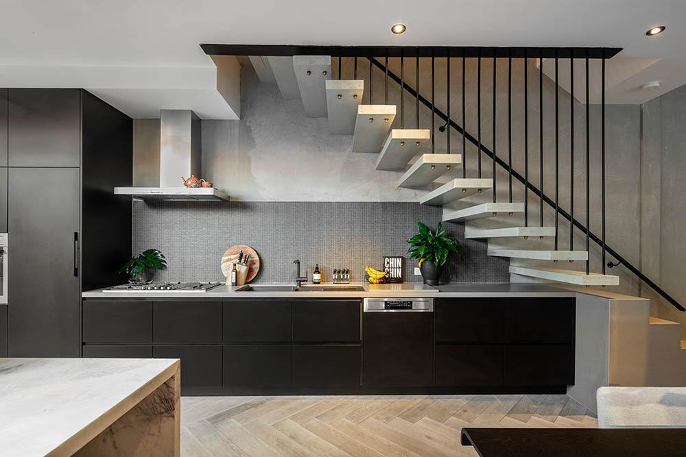 Vị trí đặt bếp nên tránh trực tiếp dưới gầm cầu thang