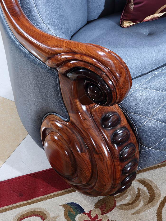 Tay vịn và khung ghế được điêu khắc tỉ mỉ phô bày nét đẹp của gỗ gõ đỏ