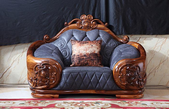 Các mẫu sofa gỗ gõ đỏ có màu đỏ đậm sang trọng, quý phái